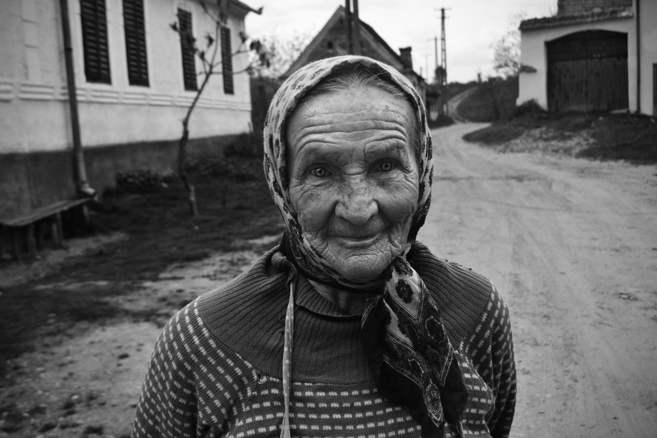 Vieille femme du chemin (Roumanie)